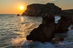 Słońce wzrasta nad morzem Azov na generał plaży Karalar regionalności krajobrazu park w Crimea Fotografia Stock