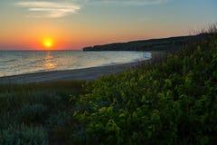 Słońce wzrasta nad morzem Azov na generał plaży Karalar regionalności krajobrazu park w Crimea Obraz Stock