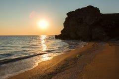 Słońce wzrasta nad morzem Azov na generał plaży Karalar regionalności krajobrazu park w Crimea Obrazy Royalty Free