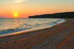 Słońce wzrasta nad morzem Azov na generał plaży Karalar regionalności krajobrazu park w Crimea Zdjęcia Royalty Free
