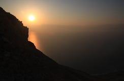 Słońce Wzrasta nad Nieżywym morzem Zdjęcia Royalty Free