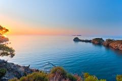 Słońce wzrasta nad spokojnym morzem w zatoce Fotografia Stock