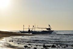 Słońce wzrasta nad Turystycznymi łodziami zakotwiczać na Dennym brzeg Obraz Royalty Free