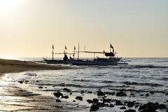 Słońce wzrasta nad Turystycznymi łodziami zakotwiczać na Dennym brzeg Obrazy Stock