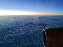 Słońce wzrost nad od chmury od nadokiennego siedzenia samolot Zdjęcia Stock