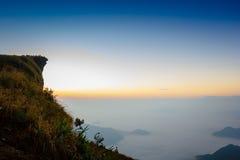 Słońce wzrost przy phu chi fa falezy Chiang raja Tajlandia obrazy royalty free