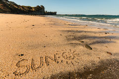 Słońce z smiley pisać w piasku Obrazy Stock