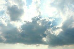 Słońce za chmury tła pięknym niebieskim niebem z białymi chmurami Obraz Royalty Free