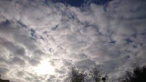 Słońce Za jesieni chmurami zdjęcie stock