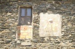 Słońce zegar na kamiennej fasadzie zdjęcie royalty free