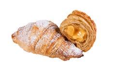 Słodcy świezi croissants z plombowaniem z sproszkowanym cukierem na białym odosobnionym tle zdjęcie stock