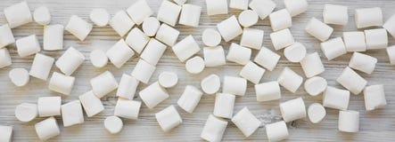 Słodcy biali marshmallows na białym drewnianym stole, zasięrzutny widok Mieszkanie nieatutowy, od above, odgórny widok blisko lil zdjęcie stock