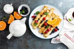 Słodcy bliny zawijający z świeżymi jagodami, krepami z czarną jagodą i malinką na śniadaniu, zdjęcie stock