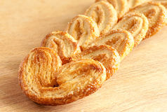 Słodcy ciastka w postaci serca na drewnianym stole obraz royalty free