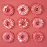 Słodcy donuts na żywym koralowym tle zdjęcia stock