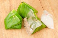Słodcy kleiści ryż, deserowy Tajlandzki zawijający w bananowych liściach Obrazy Stock