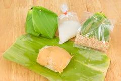 Słodcy kleiści ryż, deserowy Tajlandzki zawijający w bananowych liściach Obrazy Royalty Free