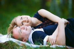 Słodcy kochankowie kłama na trawie Zdjęcie Stock