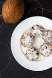 Słodcy kokosowi muffins na białym talerzu na czarnej desce obrazy stock