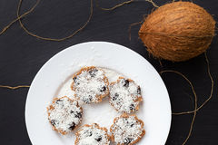 Słodcy kokosowi muffins na białym talerzu na czarnej desce zdjęcie stock