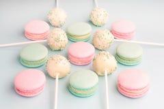 Słodcy kolorów macarons i tortów wystrzały Obrazy Stock