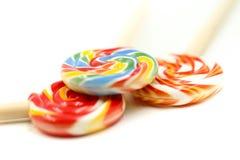 Słodcy kolorowi cukierki, lizaki używać dla pojęcia cukierku dzień obrazy stock
