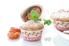 Słodcy muffins z wysuszonymi morelami Zdjęcia Stock