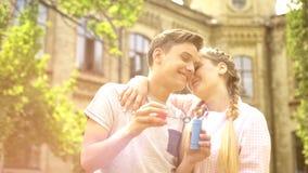 Słodcy nastolatkowie dobierają się obejmowanie, romantyczna data outdoors, mieć zabawę wpólnie zdjęcie stock