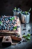 Słodcy opłatki z świeżymi czarnymi jagodami i czekoladą obraz royalty free