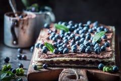 Słodcy opłatki z świeżymi czarnymi jagodami i czekoladową śmietanką obraz stock