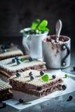 Słodcy opłatki z czekoladową śmietanką i czarnymi jagodami zdjęcie royalty free