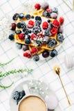 Słodcy opłatki z różnymi jagodami i macaroons fotografia stock