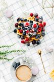 Słodcy opłatki z różnymi jagodami i macaroons zdjęcia royalty free