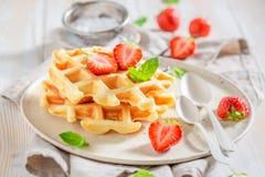 Słodcy opłatki z sproszkowanym cukierem i owoc zdjęcie royalty free