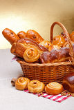 Słodcy piekarnia produkty w koszu obraz royalty free
