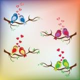 SŁODCY ptaki Z CZERWONYMI sercami NA DRZEWNY WEKTOROWYM USTAWIAJĄCYM Z tęcza plecy Fotografia Royalty Free