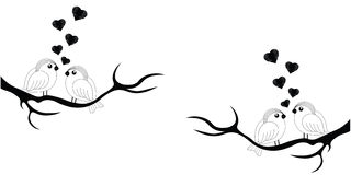 SŁODCY ptaki Z sercami NA DRZEWNY WEKTOROWYM USTAWIAJĄCYM W czerni obraz stock