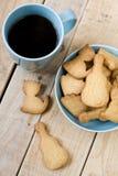 Słodcy smakowici ciastka w błękitnej filiżance czarna kawa i talerzu Zdjęcia Royalty Free