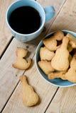 Słodcy smakowici ciastka w błękitnej filiżance czarna kawa i talerzu Zdjęcia Stock