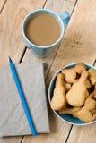 Słodcy smakowici ciastka w błękitnym talerzu, filiżanka kawy z mlekiem Obrazy Stock