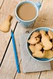 Słodcy smakowici ciastka w błękitnym talerzu, filiżanka kawy z mlekiem Zdjęcie Royalty Free