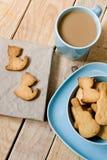 Słodcy smakowici ciastka w błękitnym talerzu, filiżanka kawy z mlekiem Obraz Royalty Free