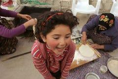 słodką dziewczynę ciasta loughing czeka Fotografia Royalty Free