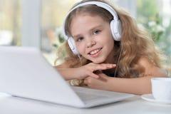słodką dziewczynę słuchał muzyki Zdjęcie Stock