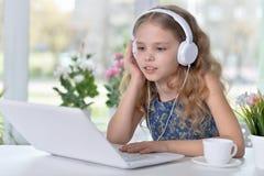 słodką dziewczynę słuchał muzyki Obraz Stock