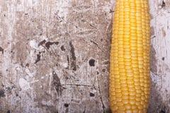 Słodka żółta dojrzała kukurudza na drewnianym tła zakończeniu up zdjęcie stock