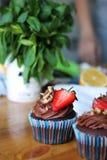 Słodka babeczka dekorująca truskawka Fotografia Stock