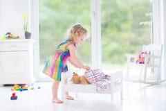 Słodka berbeć dziewczyna bawić się z jej misiem Obraz Stock
