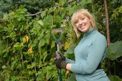 słodka blondynka ogrodnik fotografia royalty free
