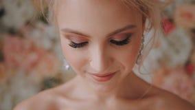 Słodka blondynka patrzeją up od dna nakrywać i patrzejący w kamerę zdjęcie wideo
